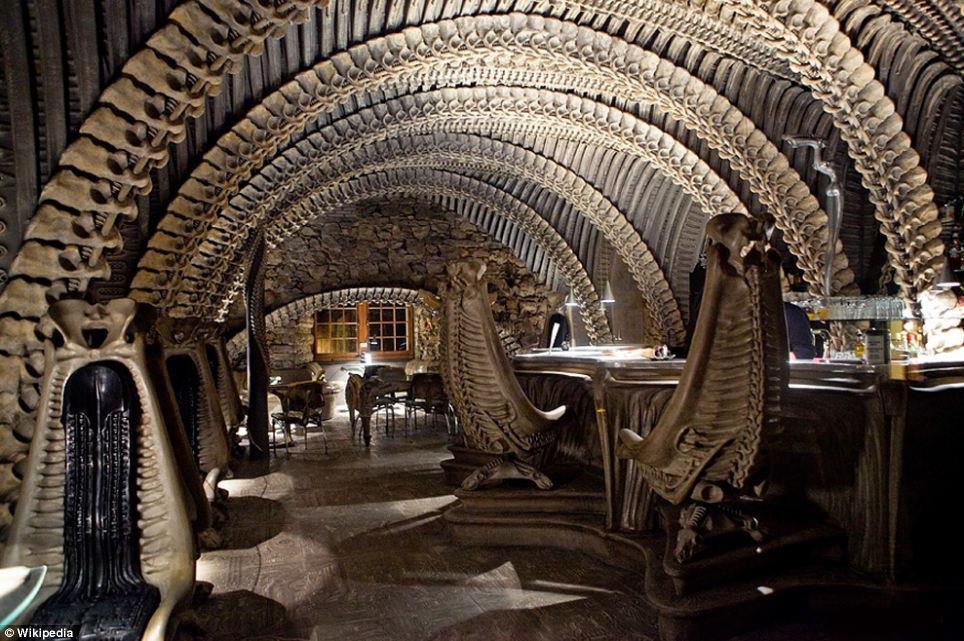 необычный потолок в стиле чужой