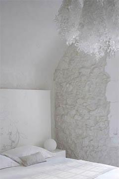 Комбинация белых натяжных потолков и розовых