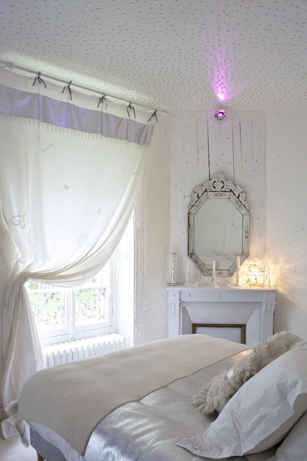 Комбинация белых натяжных потолков и розовых оттенков интерьера