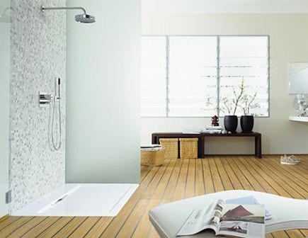 Использование в ванной натяжных потолков белого цвета с паркетной доской