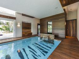 Промышленные натяжные потолки можно установить в бассейне