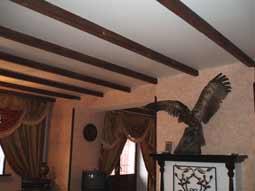 Комбинация натяжные потолки и декоративные балки