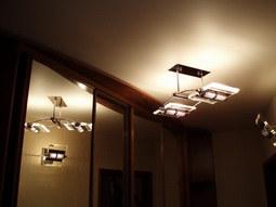 Комбинация натяжных потолков и шкафов-купе