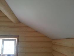 Потолок в доме из дерева