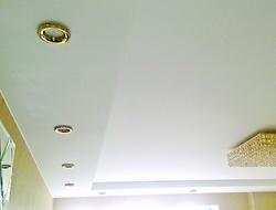 Двухуровневый потолок со светильниками