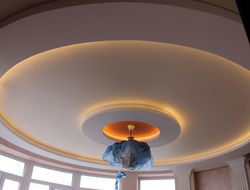 Многоярусный потолок кругами