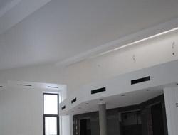 Потолок в таунхаусе с балконом