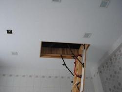 Потолок в таунхаусе с люком и лестницей на чердак
